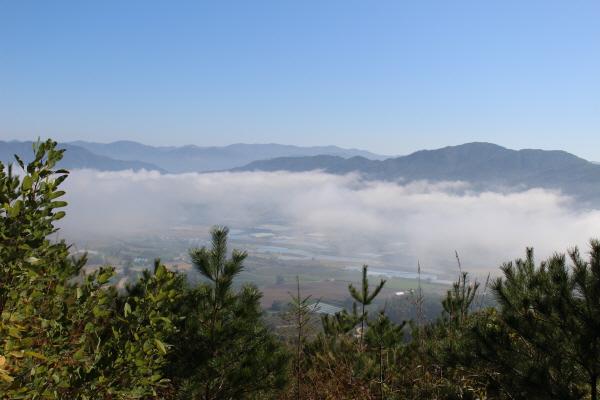 운무가 서서히 걷히고 있는 펀치볼(해안분지,亥安盆地) 마을.