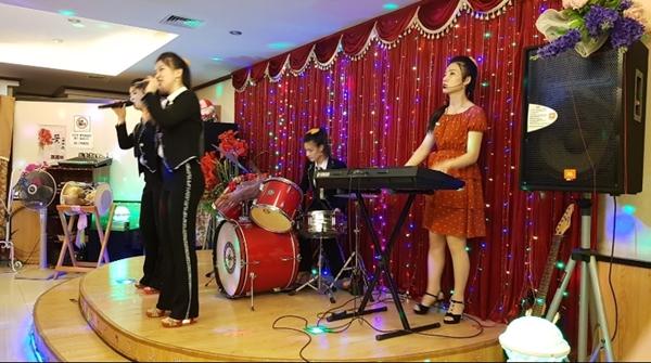 <공연시간에 맞춰 가면 북한식당 직원들이 직접 하는 공연을 볼 수도 있다.>