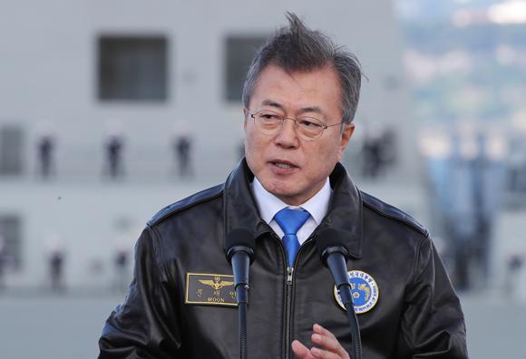 """문 대통령 """"제주해군기지 도민 아픔 위로…강정마을 치유에 최선"""""""