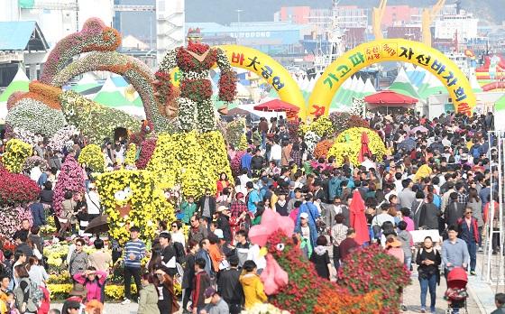 축제 현장을 찾은 시민들의 모습.(*이 사진은 기사 내용과 직접적인 관련이 없습니다./사진=저작권자(c) 연합뉴스, 무단 전재-재배포 금지)