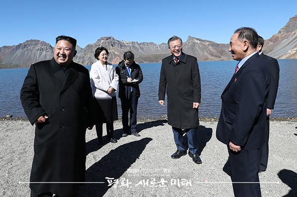 문재인 대통령과 김정은 국무위원장이 20일 오전 백두산 천지에서 서서 대화하고 있다. ⓒ 평양사진공동취재단