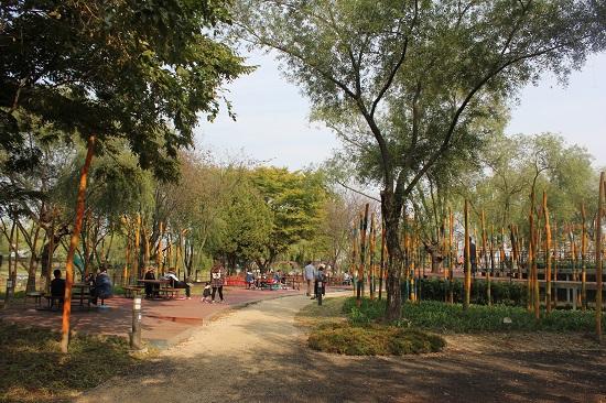 시민들이 소풍정원에서 휴식을 갖는 모습.