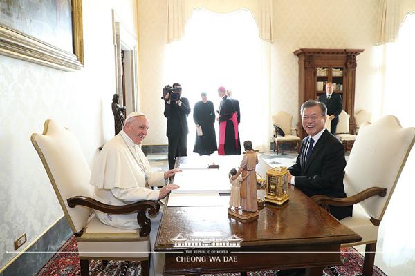문재인 대통령이 18일 오후(현지시간) 바티칸 교황청을 방문해 프란치스코 교황과 대화하고 있다.(사진=청와대)
