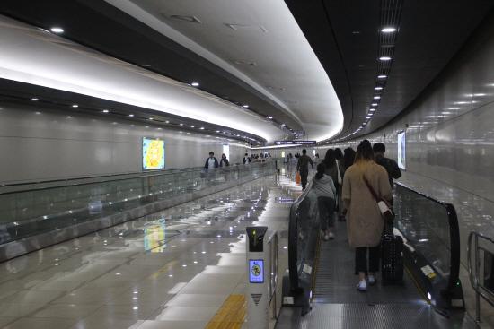 지하철과 공항을 연결하는 무빙워크