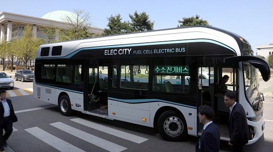 국내에서 처음으로 수소버스가 정규 버스노선에 투입된다. 사진은 지난 4월 국회에서 열린 수소버스 시승식 모습..(사진=저작권자(c) 연합뉴스, 무단 전재-재배포 금지)