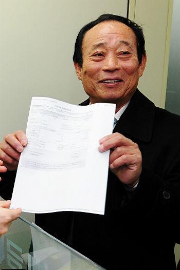 독도 1호 사업자인 고 김성도 씨가 정부 수립 이후 최초로 국세를 카드로 납부한 후 납부 확인서를 들어보이고 있다. (사진출처=뉴스1)