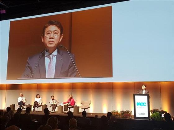 김태응 상임위원이 25일(현지시간) 덴마크 코펜하겐에서 열린 제18차 국제반부패회의(IACC) 폐막식에서 2020년 제19차 IACC 회의 한국 개최를 수락하는 연설을 하고 있다.