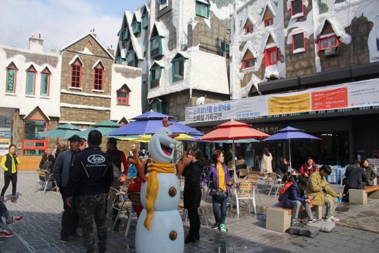 눈꽃마을로도 불리는 인천 신포시장 청년몰 광장.