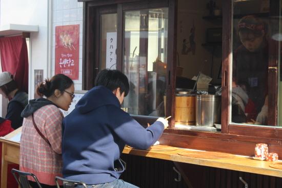 텐동을 먹고 있는 모습.