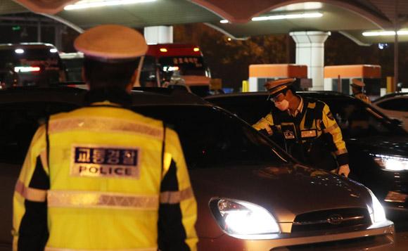 지난 23일 오후 경기도 성남시 경부고속도로 서울톨게이트에서 경찰이 음주운전 단속을 하고 있다. (사진=저작권자(c) 연합뉴스, 무단 전재-재배포 금지)