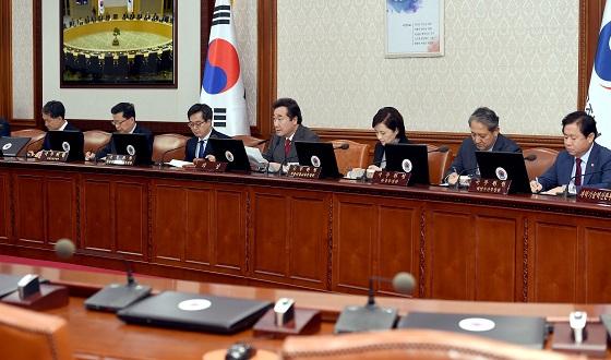 이낙연 국무총리가 30일 서울 세종로 정부서울청사에서 열린 국무회의에서 발언하고 있다.