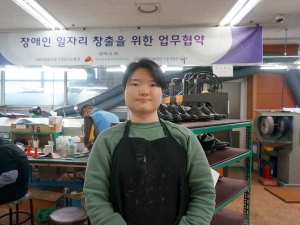 청각장애인으로 구두만드는 풍경 회사에서 일하는 변우현 양