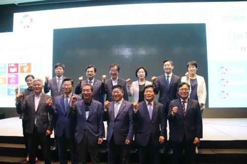 지난 7월 11일 UN지원SDGs한국협회 7주년을 기념해 서울 여의도 글래드호텔에서 열린 '유엔 고위급정치포럼(HLPF) 한국 기념식'에 참석한 'SDGs(지속가능발전목표) 기업 이행상'을 받은 주요 기업의 임직원과 여야 국회의원이 기념촬영을 하고 있다.