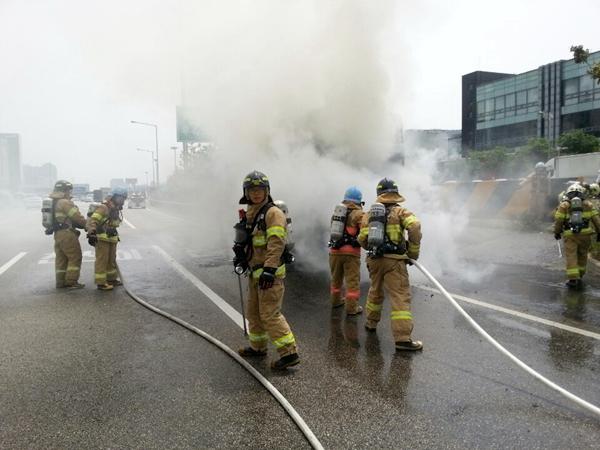 소방관들은 화재현장에서 목숨을 걸고 진압을 한다.(출처=분당소방서)