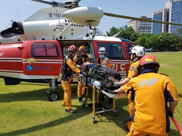 119구급대원들이 응급환자를 헬기로 이송하고 있다.(출처=분당소방서)