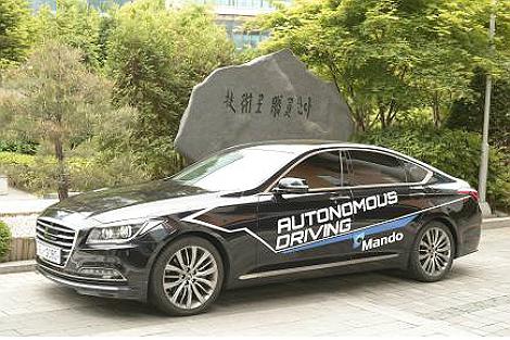 정부가 자율주행차 분야의 선제적 규제혁파 로드맵을 구축했다고 8일 밝혔다. 사진은 국내 최초로 자체 개발한 국산 감지기를 장착한 자율주행차 '만도'.