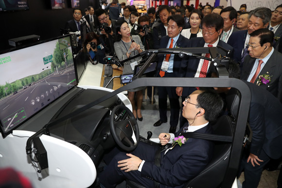 지난해 10월 17일 오전 서울 삼성동 코엑스에서 열린 한국전자산업대전에서 행사 관계자들이 자율주행차 체험을 하고 있다. (사진=저작권자(c) 연합뉴스, 무단 전재-재배포 금지)