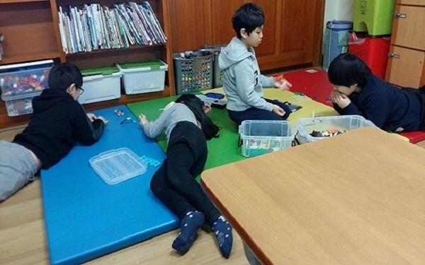 가정처럼 편안하고 아늑한 돌봄교실에서 친구들과 사이좋게 공부하고 있습니다.