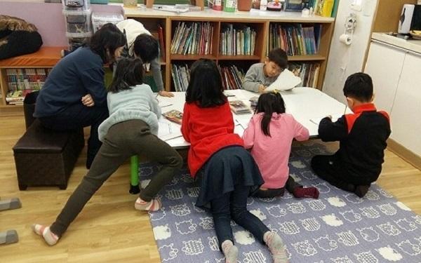 동화구연 담당 선생님의 지도하에 열심히 동화를 듣고 있습니다.