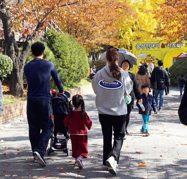 팔랑거리며 떨어지는 낙엽보다 즐겁고 안심되는 놀이터로 가는 가족의 같은 발걸음이 더더욱 가벼워 보인다.