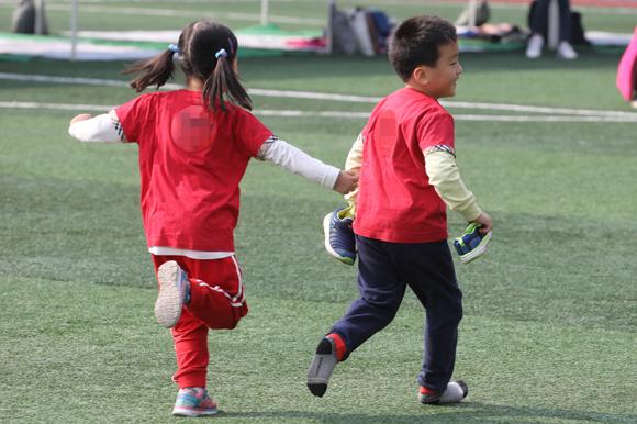 10월 16일 강북구민운동장에서 열린 꿈나무 큰잔치 한마음 운동회에서 한 어린이가 벗겨진 신발을 들고 달리기를 하고 있다. (사진=저작권자(c) 연합뉴스, 무단 전재-재배포 금지)