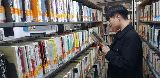 책 읽는 종욱 씨.