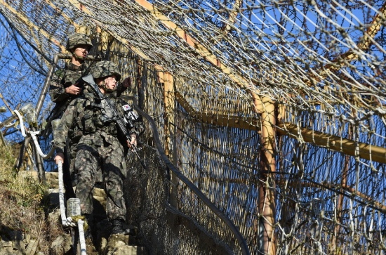 철책 근무 중인 국군 장병들.(출처=국방부)