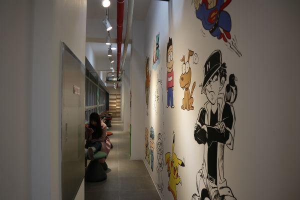 여가생활을 위해 조성한 무료 만화방은 청소년들에게 인기이다.
