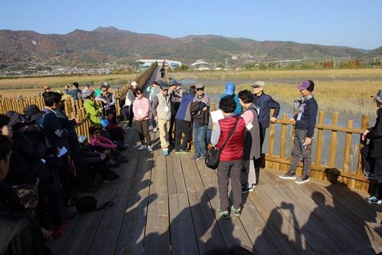 중도방죽에서 대사를 주고받는 인문 열차 기행단 소설 태백산맥 체험