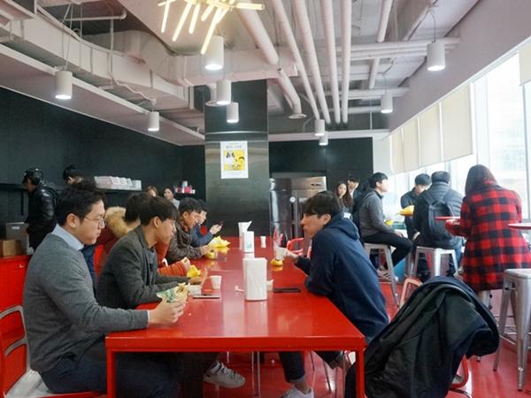 (주)가비아 직원들이 출근하자 마자 식당에 들러 아침을 먹고 있다.