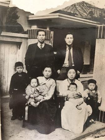실향민 이산가족인 박연화 할머니(왼쪽 아래)는 독립운동을 했던 아버지가 불구가 되는 불행 뿐 아니라, 군인이었던 남편(왼쪽 위)을 6.25전쟁으로 잃고 시신조차 찾지 못했다.