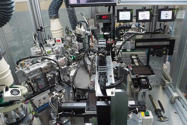 로봇시스템에 의한 자동화설비로 점자모듈을 제작하고 있다.