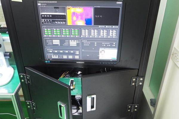 생산된 전자점자모듈을 내구성 테스트를 하고 있다.