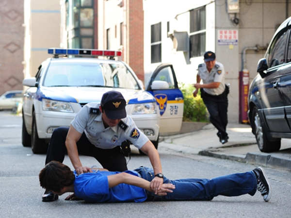 경찰이 서민을 괴롭히는 동네 조폭 단속에 나서 피의자를 체포하는 모습(출처=정책기자단)