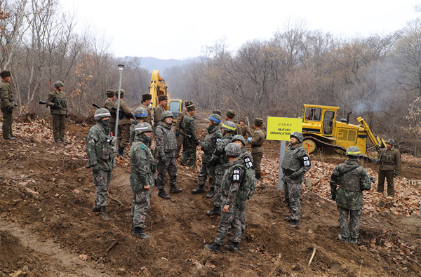 도로연결 작업에 참여한 남북인원들이 군사분계선(MDL) 인근에서 작업하는 모습.(사진=국방부 제공)