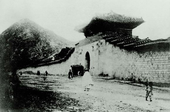 1900년대 경복궁 서문 영추문. (사진=문화재청)