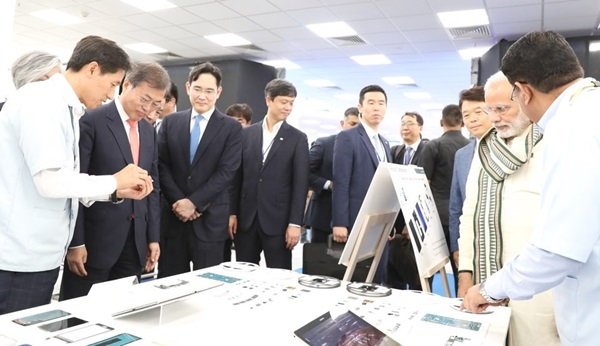 문재인 대통령이 인도 국빈방문 중 노이다 공단에서 개최된 삼성전자 신공장 준공식에 참석해 공장을 둘러보고 있다.(출처=청와대)
