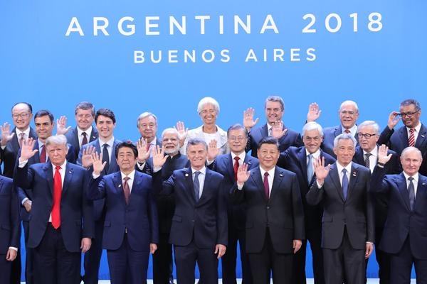 문재인 대통령(두 번째줄 오른쪽에서 세 번째)이 30일 오후(현지시간) 아르헨티나 부에노스아이레스 코스타 살게로 센터에서 열린 2018 G20 정상회의 개막식에서 각국 정상들과 기념 촬영을 하고 있다. (사진=저작권자(c) 연합뉴스, 무단 전재-재배포 금지)