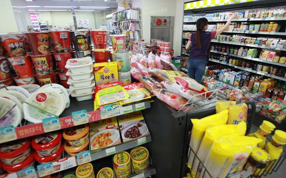 편의점업계의 자율규약 제정안 승인으로 편의점의 과밀화가 해소될 전망이다. (사진=저작권자(c) 연합뉴스, 무단 전재-재배포 금지)