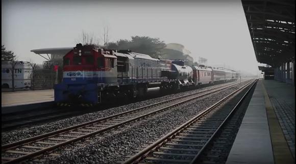 지난 11월 30일 오전 경기도 파주 도라산역에서 남북철도 현지공동조사를 위한 열차가 북한 신의주를 향해 출발하고 있다. (사진=국토교통부 영상 캡쳐)