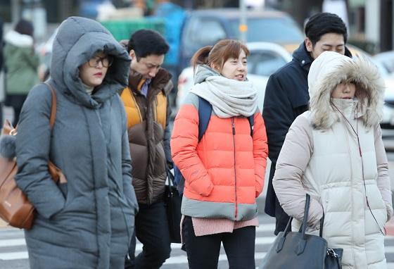 서울 광화문 거리에서 시민들이 추위 속 출근을 서두르고 있다.(사진=저작권자 (c) 연합뉴스. 무단전재-재배포금지)