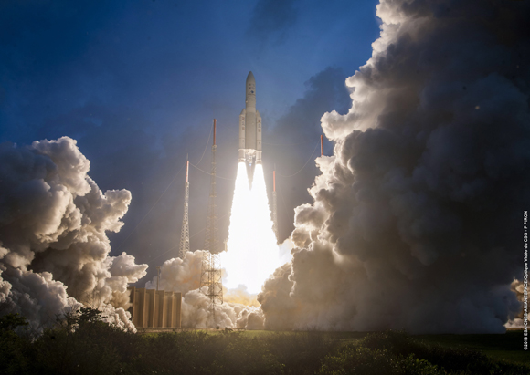 남미 프랑스령 기아나의 기아나 우주센터에서 기상관측 위성 '천리안 2A호'(GEO-KOMPSAT-2A)를 탑재한 유럽연합 아리안스페이스의 로켓 '아리안-5ECA'가 발사되고 있다. (사진=저작권자(c) EPA/연합뉴스, 무단 전재-재배포 금지)