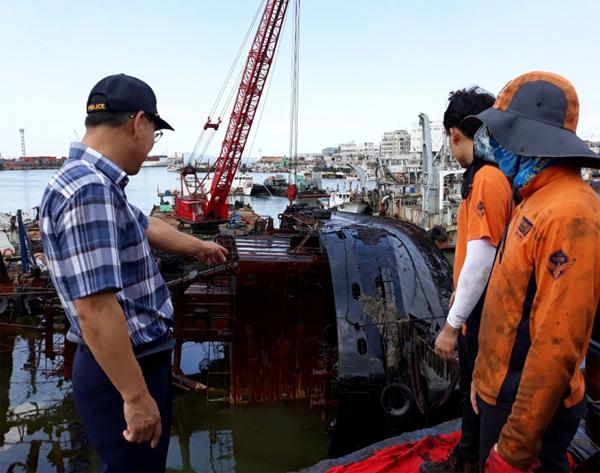 사업에 참여한 퇴직공무원이 해양오염사고 현장에서 후배 공무원들에게 처리 방법 등의 노하우를 전달하고 있다.