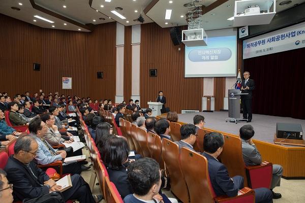 지난 5월 과천 국가공무원인재개발원에서 열린 워크숍에서 사업에 참가하는 퇴직공무원들이 인사처장의 설명을 듣고 있다.