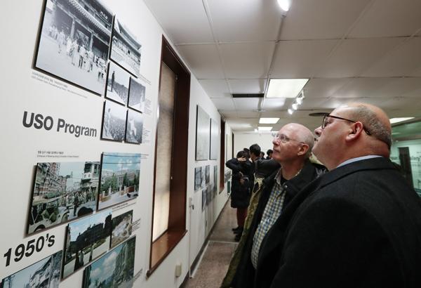 주한미군 관계자들이 용산공원 갤러리에 전시된 사진들을 보고 있다.