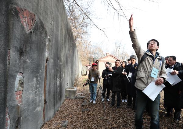 용산공원추진단 관계자가 위수감옥 내부에서 당시 시체를 운반해 지나갔던 통로를 설명하고 있다.