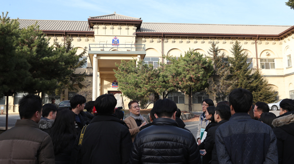 주한미합동군사업무단 앞에서 신주백 교수가 역사적 배경을 설명하고 있다.