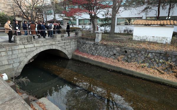 한미연합사령부 건물 뒤편에 조선시대 '만초천(넝쿨내)' 그대로 보존되어 있다.
