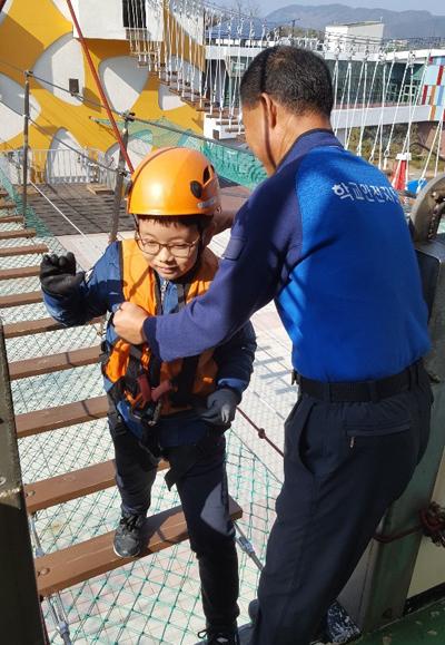 백순기 학교안전지도관이 아이들의 안전 교육을 돕고 있다.