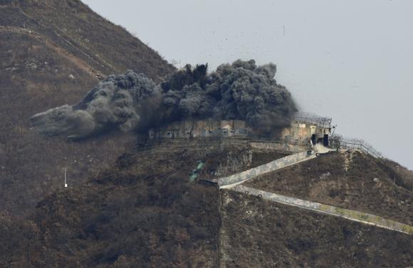 11월 15일 강원도 철원지역 중부전선에 있는 전방 GP의 상부구조물을 폭파 방식으로 철거하고 있다. (사진=저작권자(c) AP/연합뉴스, 무단 전재-재배포 금지)